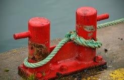 Postes de amarração vermelhos do porto Imagens de Stock