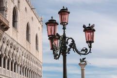 Postes de luz ornamentado de bronze bonitos na praça San Marco Imagens de Stock Royalty Free