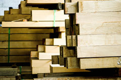Postes de madera empilados imagen de archivo