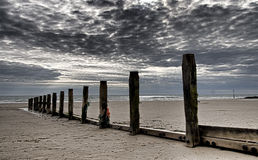 Postes de madera en la costa en País de Gales norteño Foto de archivo
