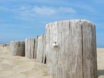 Postes de madera en la playa Fotografía de archivo libre de regalías
