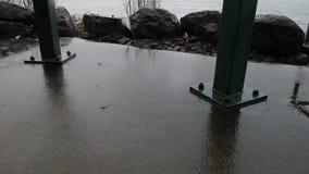 Postes del cemento y del metal de la estructura en tormenta de la lluvia almacen de metraje de vídeo