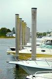 Postes del embarcadero del puerto deportivo fotografía de archivo
