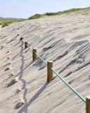 Postes enterraron en la arena foto de archivo