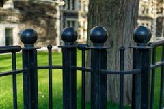 Postes negros de la cerca del hierro labrado, primer imagenes de archivo
