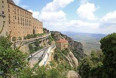 Postez le ` de Montserrat-Aeri de ` et l'abbaye de Bénédictine Santa Maria de Montserrat dans Monistrol De Montserrat, Espagne Image libre de droits