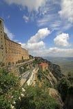 Postez le ` de Montserrat-Aeri de ` et l'abbaye de Bénédictine Santa Maria de Montserrat dans Monistrol De Montserrat, Espagne Photos libres de droits