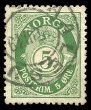 Posthorn NORGE i Roman Capitals på portostämpel av kostnad för 5 malm royaltyfri foto