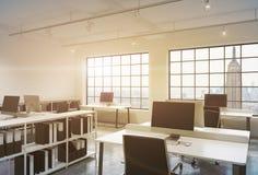 Posti di lavoro in un ufficio dello spazio aperto del sottotetto di tramonto Immagine Stock