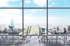 Posti di lavoro in un ufficio panoramico moderno, vista di New York City dalle finestre Spazio all'aperto Tavole nere e sedie di  royalty illustrazione gratis