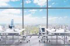 Posti di lavoro in un ufficio panoramico moderno, vista di New York City dalle finestre Un concetto dei servizi consultivi finanz Immagini Stock
