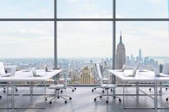 Posti di lavoro in un ufficio panoramico moderno, vista di New York City dalle finestre Un concetto dei servizi consultivi finanz illustrazione vettoriale