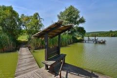 Posti di pesca nel lago dal ristorante di Hanul Pescarilor in Oradea Fotografie Stock
