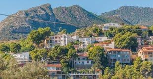 Posti viventi rustici & irregolari ma bei in Spagna rurale Case nelle colline & nelle montagne della Spagna rurale fotografia stock
