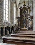 Posti vuoti ed altare nella chiesa della st Barbara in Kutna Hora, ceco Immagine Stock