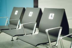 Posti vuoti per i disabili nella sala di attesa all'aeroporto fotografia stock libera da diritti