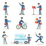 Postino in uniforme del blu con la borsa rossa che consegna posta ed altri pacchetti, postino soddisfacente Duties With un insiem Fotografia Stock Libera da Diritti