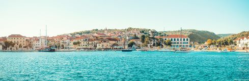 POSTIRA,克罗地亚- 2017年7月14日:一个小镇Postira的美丽的港口有几条游艇的停泊了那里-克罗地亚,海岛Brac 库存图片