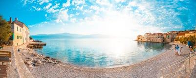 POSTIRA,克罗地亚- 2017年7月13日:在一个小镇Postira -克罗地亚,海岛Brac的美丽的海滩的全景 免版税库存图片