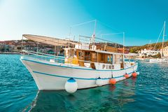 POSTIRA,克罗地亚- 2017年7月14日:游船在一个小镇Postira -克罗地亚,海岛Brac的港口 库存照片