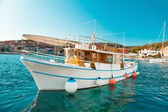 POSTIRA,克罗地亚- 2017年7月14日:游船在一个小镇Postira -克罗地亚,海岛Brac的港口 库存图片