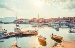 POSTIRA,克罗地亚- 2017年7月13日:许多美丽的游艇在一个小镇Postira -克罗地亚,海岛Brac的港口 库存照片