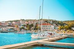 POSTIRA,克罗地亚- 2017年7月14日:许多花梢游艇在一个小镇Postira -克罗地亚,海岛Brac的港口 免版税库存照片