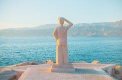 POSTIRA,克罗地亚- 2017年7月12日:调查天际的人的著名纪念碑在一个小镇Postira -克罗地亚,海岛Brac 库存图片