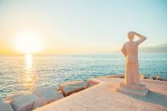 POSTIRA,克罗地亚- 2017年7月12日:调查天际的人的著名纪念碑在一个小镇Postira -克罗地亚, Brac海岛 库存照片
