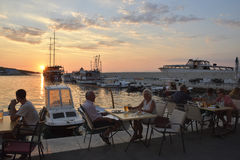 Postira, Croacia - 26 de agosto de 2016: Turista que cena cerca del puerto en el pequeño pueblo Postira en la isla de Brac en Cro Imagen de archivo