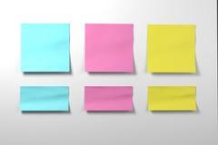 Postit χρώματος αυτοκόλλητη ετικέττα που τίθεται στο άσπρο υπόβαθρο Στοκ φωτογραφία με δικαίωμα ελεύθερης χρήσης
