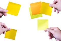 Τα χέρια κρατούν το κολλώδες κολάζ σημειώσεων ή postit στο άσπρο υπόβαθρο Στοκ εικόνα με δικαίωμα ελεύθερης χρήσης