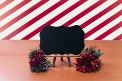 Postkarte der frohen Weihnachten auf Holztisch Stockbild