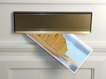 Postkarte in der Mailbox Stockbild
