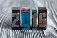 Postkarte 2016 des neuen Jahres geschrieben mit farbigem Weinlesebriefbeschwerer Lizenzfreies Stockbild