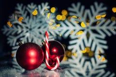 Postkarte des neuen Jahres mit Spielzeugbällen, Zuckerstange und Schneeflocken; Stockbilder