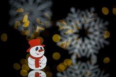Postkarte des neuen Jahres mit Spielzeugschneemann und -schneeflocken; Stockfoto