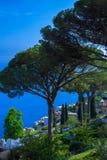 Postkarte, die den Golf von Salerno im tyrrhenischen Meer von den Landhaus Rufolo-Gärten in Ravello, Kampanien, Italien übersieht Lizenzfreie Stockfotografie