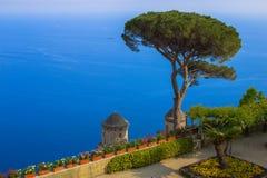 Postkarte, die den Golf von Salerno im tyrrhenischen Meer von den Landhaus Rufolo-Gärten in Ravello, Kampanien, Italien übersieht Lizenzfreie Stockbilder