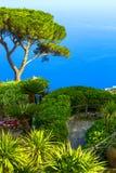 Postkarte, die den Golf von Salerno im tyrrhenischen Meer von den Landhaus Rufolo-Gärten in Ravello, Kampanien, Italien übersieht Stockbild