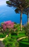 Postkarte, die den Golf von Salerno im tyrrhenischen Meer von den Landhaus Rufolo-Gärten in Ravello, Kampanien, Italien übersieht Lizenzfreies Stockbild