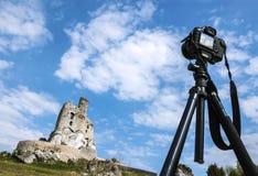 Postkarte machend, macht Kamera auf Stativ Fotos des Schlosses Stockfotos