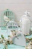 Postkarte mit blühenden Baumasten, Herzen und dekorativem Vogel Lizenzfreie Stockfotos