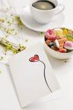 Postkarte mit einem roten Herzen auf einer Tabelle Lizenzfreie Stockfotos