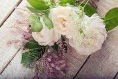 Postkarte mit eleganten Blumen Stockfotos