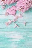 Postkarte mit frische Blumen hyacynths und dekorativem Herzen Stockfoto