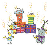 Postkarte mit Geschenken, Vogel und Bären in den festlichen Hüten Stockbilder