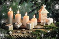 Postkarte mit Kerzen und Geschenken Stockbild