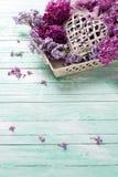 Postkarte mit lila Blumen auf Behälter und dekorativem Herzen Lizenzfreie Stockbilder