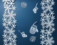 Postkarte mit Schneeflocken und Weihnachtsdekoration Lizenzfreies Stockfoto